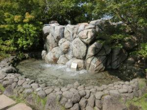 水と芝生の広場