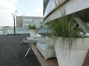 屋上庭園の休憩スペース